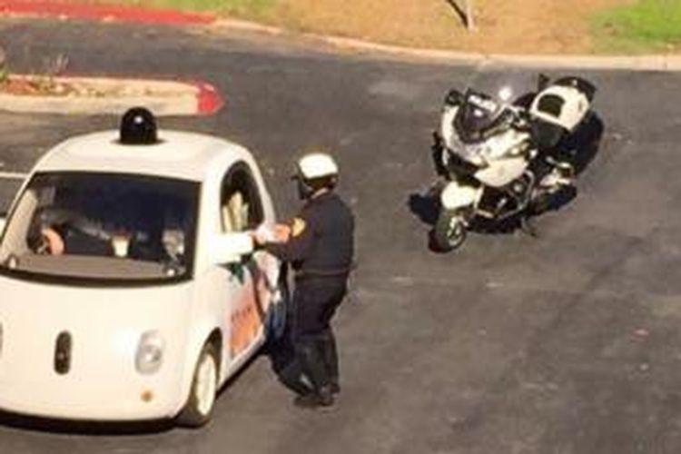 Mobil tanpa sopir milik Google dihentikan oleh polisi karena berjalan terlalu lambat
