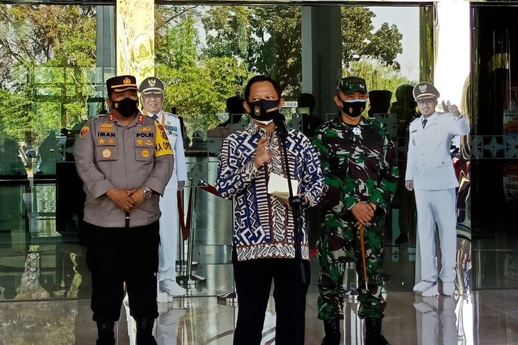 Menteri Dalam Negeri (Mendagri) Muhammad Tito Karnavian saat berkunjung ke Balai Kota Tangerang Selatan, Selasa (27/7/2021).