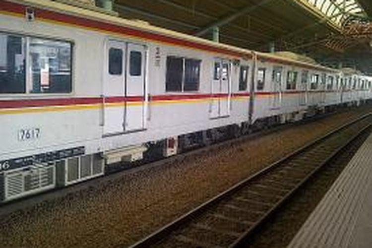 Rangkaian kereta commuter line saat melintas di Stasiun Juanda, Jakarta Pusat.