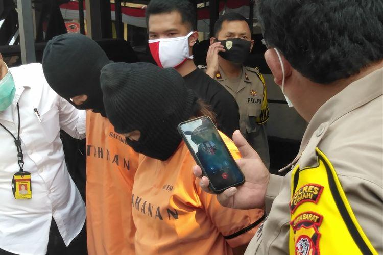 Kapolres Cimahi AKBP M Yoris Maulana Yusuf Marzuki tengah memperlihatkan tersangka pasutri  penjual daging celeng oplosan, di Mapolresta Cimahi, Selasa (30/6/2020).
