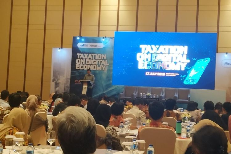 Direktur Jenderal Pajak Kementerian Keuangan Robert Pakpahan memberikan penjelasan terkait perkembangan digital ekonomi di Hotel RitzJakarta, Rabu (17/7/2019).