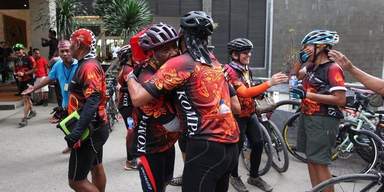 Para pesepeda berpelukan ketika mengakhiri Jelajah Sepeda Flores yang digelar Kompas. Jelajah finish di Labuan Bajo, NTT, Kamis (17/8/2017) sore, setelah menjelajah Flores selama enam hari mulai dari Maumere.