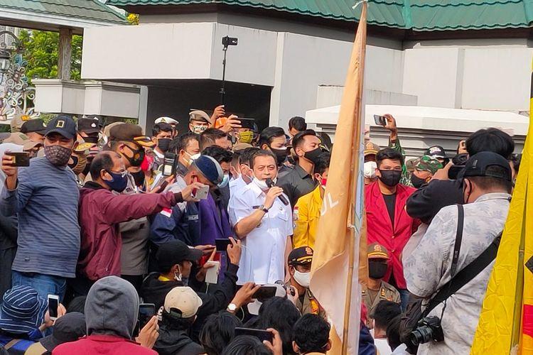 Wakil Gubernur Kaltim Hadi Mulyadi saat menemui para demonstran di depan kantor Gubernur Kaltim Jalan Gajah Mada, Samarinda, Rabu (21/10/2020).