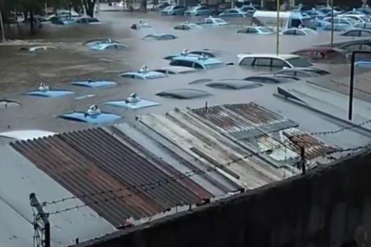 Mobil-mobil taksi di Pool Bluebird Taksi Kramat Jati yang terendam akibat banjir, Rabu (1/1/2020)