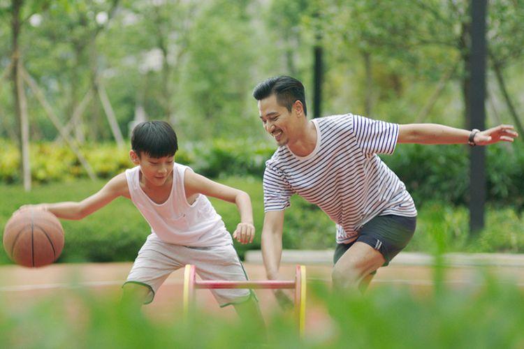 Basket menjadi salah satu olahraga seru yang dapat dilakukan bersama anak di rumah.