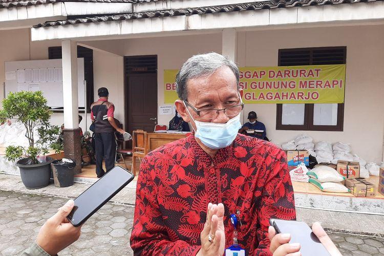 Camat Cangkringan, Suparmono saat menemui wartawan di Barak Pengungsian Glagaharjo, Cangkringan, Sleman.