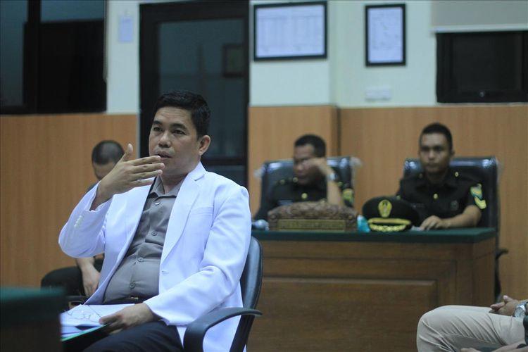 Dokter Forensik Polda Sumatera Selatan Kompol Mansyuri menjadi saksi di persidangan Prada DP yang berlangsung di Pengadilan Militer I-04 Palembang, Selasa (13/8/2019).