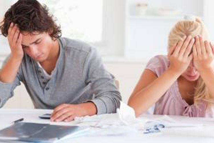 Jangan menutupi dari pasangan jika Anda menghadapi masalah keuangan. Terbukalah, agar ia dapat membantu memecahkan masalah.