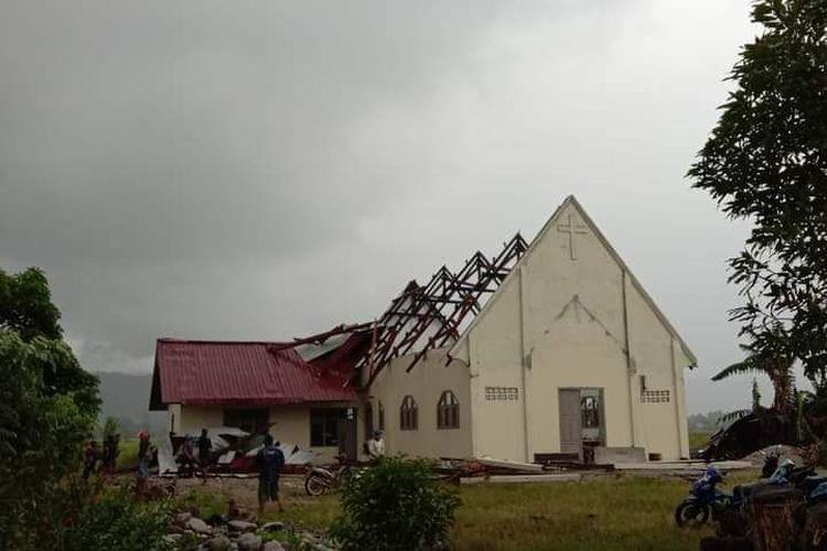 Foto gereja rusak akibat puting beliung di Desa Meko, Pamona Barat, Poso, Sabtu (17/4/2021).