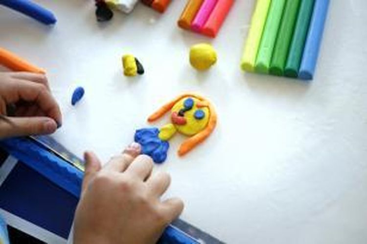ILUSTRASI - Anak kecil tengah membuat kreasi dengan mainan lilin.