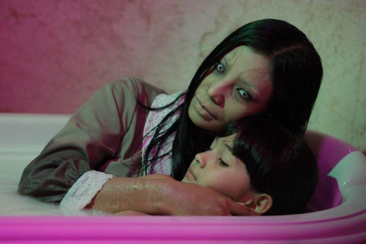 Sosok hantu Asih yang diperankan artis peran Shareefa Daanish  dalam film Danur: I Can See Ghost.