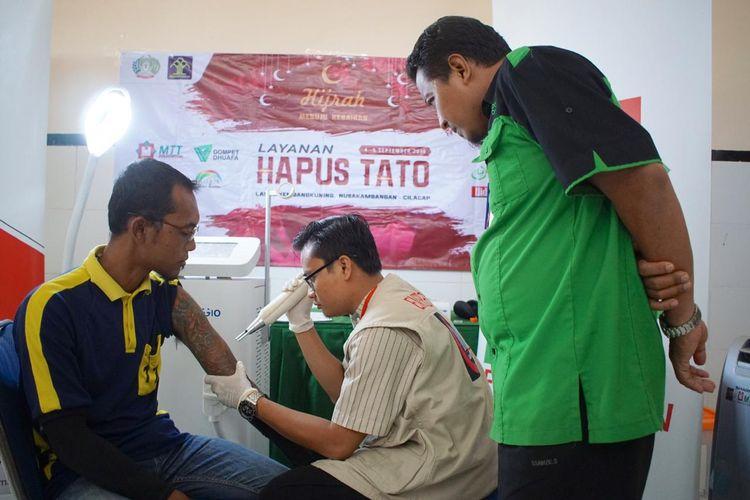 Dompet Dhuafa menyalurkan bantuan 100 Alquran dan fasilitas penghapusan tato bagi para narapidana Lembaga Pemasyarakatan (LP) Kelas IIA Kembang Kuning, Nusa Kambangan, Cilacap Jawa Tengah, Rabu (4/9/2019).