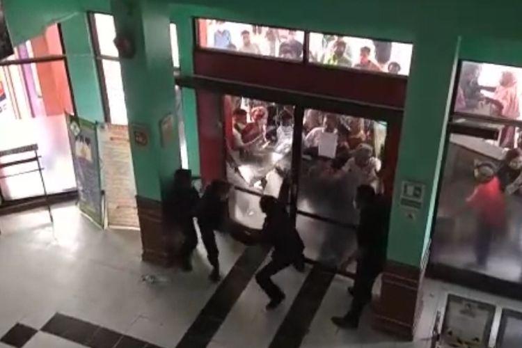 Tangkapan layar video warga yang mencoba merangsek masuk ke RSUD Brebes untuk mengambil paksa jenazah Covid-19, Sabtu (26/12/2020) (Dok. FB Seputar Tanjung Brebes)