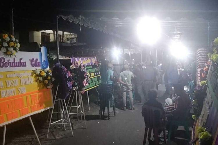Ratusan orang masih terus melayat di rumah duka almarhum Bupati Seram Bagian Barat, Maluku Muhamad Yasin Payapo di kawasan Galunggung Kecamatan Sirimau, Kota Ambon, Minggu (1/8/2021).
