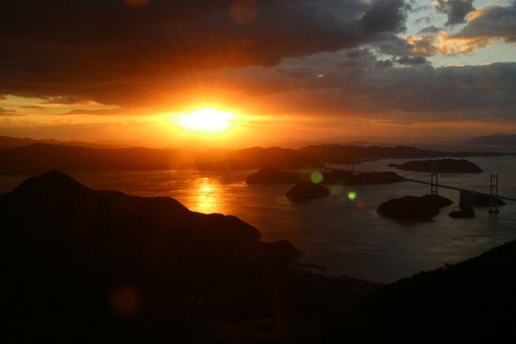 Panorama matahari tenggelam dilihat dari observatorium Kirosan di Kota Imabari di Prefektur Ehime, Jepang.