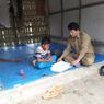 Kisah Pak Guru Avan, Mengajar dari Rumah ke Rumah karena Siswa Tak Punya Ponsel...