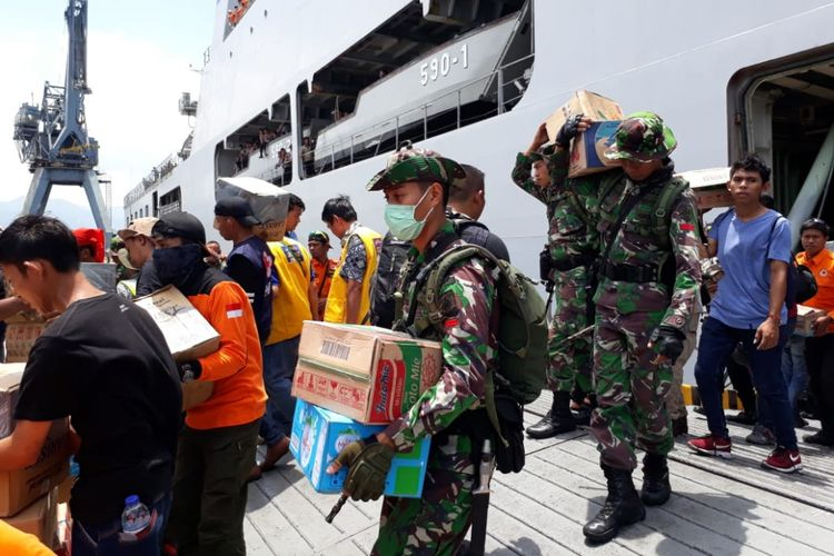 KRI Makassar bersandar di Pelabuhan Pantoloan di Kota Palu, Sulawesi Tengah, dan langsung membongkar bantuan kemanusiaan untuk korban gempa dan tsunami di provinsi tersebut.
