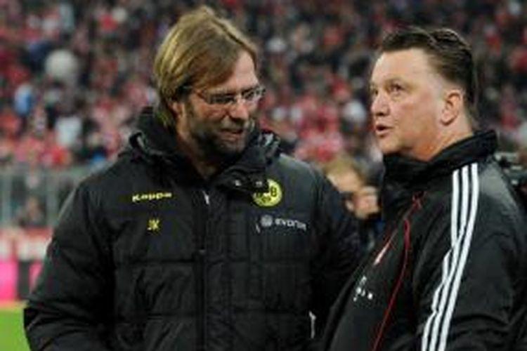 Juergen Klopp dan Louis van Gaal berbincang ketika keduanya masih melatih Borussia Dortmund dan Bayern Muenchen, Februari 2011.