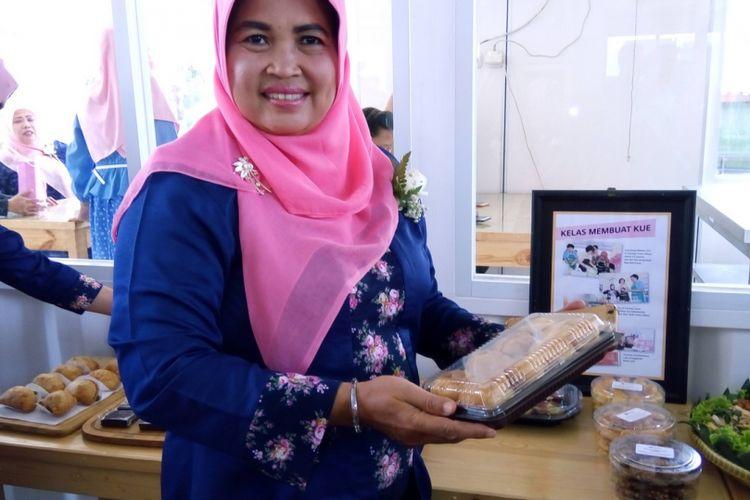 Peserta Program Kartini Blue Bird, Sri Utami, kini mengembangkan bisnis makanan tradisional putu mayang. Perempuan paruh baya ini mengusung merek Djadjanankoe.