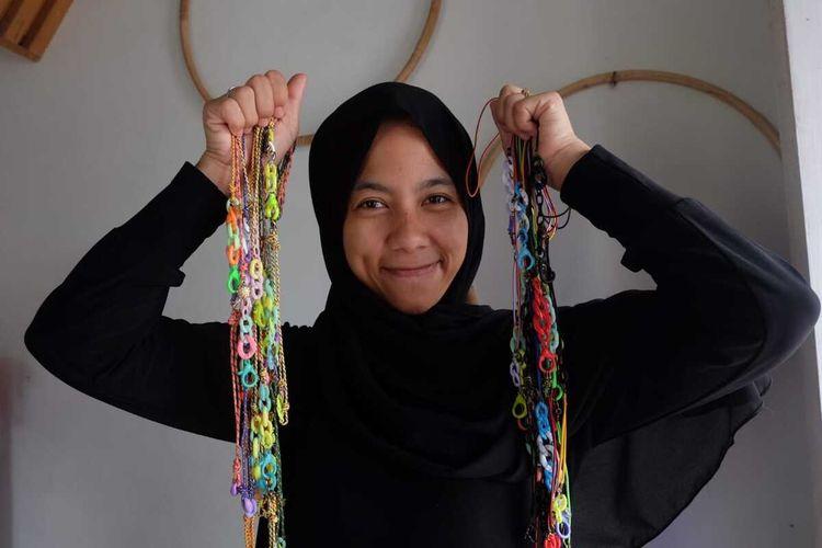 Siti Nuraisyah (32) pemilik Ciprut Craft menunjukkan masker connector hasil kreasinya. Connector masker ini dibuat untuk memenuhi permintaan pasar yang ada saat pandemi melanda. Ia banting setir dari usaha boneka plushie yang lebih dulu digelutinya sejak 2012.