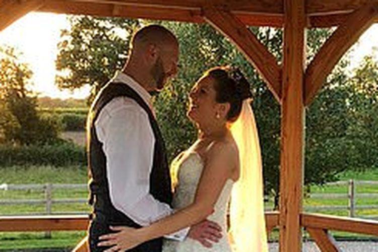 Sarah (35 tahun), dan Darren Alexander (37 tahun), berniat menikah di Kings Norton Golf Club di Birmingham pada 17 Juli lalu.