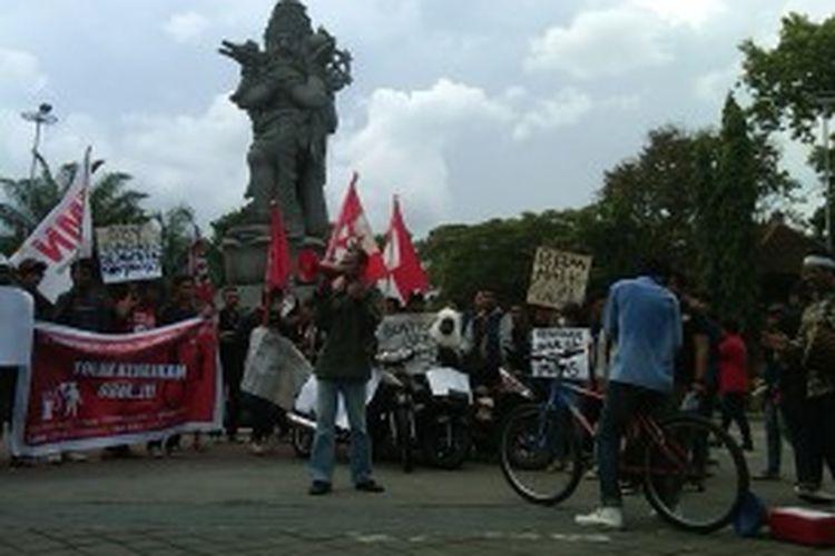 Puluhan mahasiswa Bali yang tergabung dalam Aliansi Rakyat Untuk Demokrasi dan HAM (ARDHAM) berunjuk rasa di bundaran Patung Catur Muka Denpasar, Sabtu (22/6/2013) tuntut SBY cabut kenaikan harga BBM.