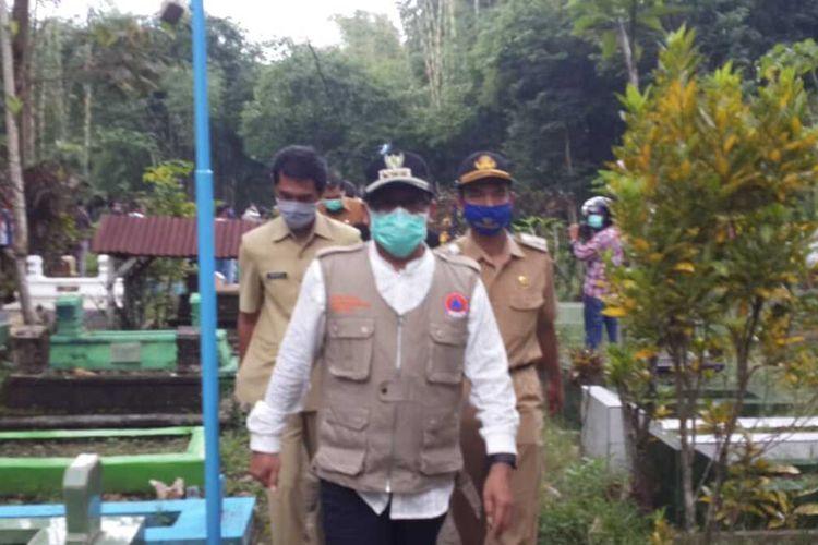 Wali Kota Malang, Sutiaji usai mendatangi proses pemakaman pasien DPD di Kota Malang, Senin (20/4/2020).