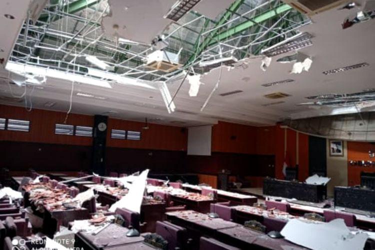 Atap ruang rapat paripurna DPRD Kabupaten Blitar rontok akibat gempa bumi yang mengguncang sejumlah daerah di Jatim termasuk Kabupaten Blitar, Sabtu (10/4/2021)