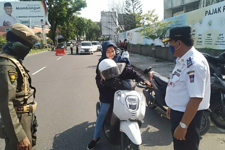 Hari pertama PSBB di Padang, Sumatera Barat didominasi pelanggaran pengendara yang tidak pakai masker, Rabu (22/4/2020)