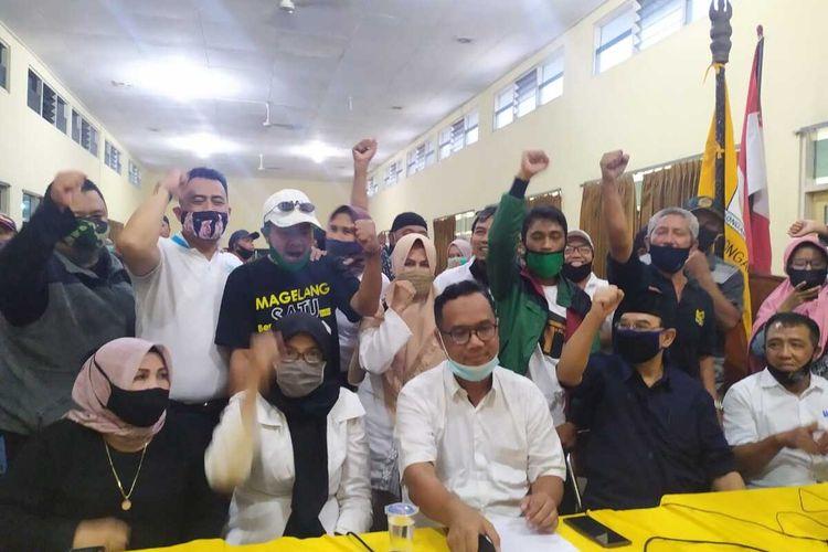 Pasangan calon Wali Kota dan Wakil Wali Kota Magelang nomor urut 1, dr H Nur Aziz dan KH M Mansyur (Aman) (kemeja putih tengah dan kemeja hitam) saat memberikan pernyataan resmi usai unggul dalam hitung cepat Pilkada Kota Magelang, Rabu (9/12/2020).