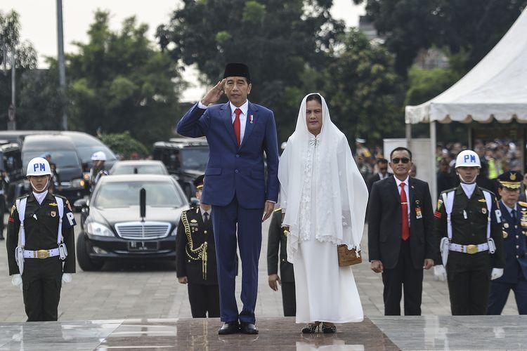 Presiden Joko Widodo beserta Ibu Negara Iriana Joko Widodo memberi hormat saat tiba di Taman Makam Pahlawan Nasional Utama (TMP) Kalibata, Jakarta, Minggu (2/6/2019). ANTARA FOTO/Nova Wahyudi/hp.