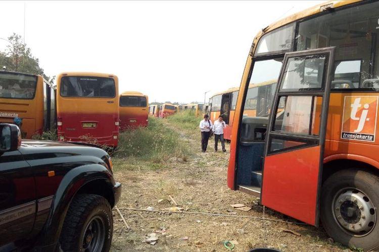 Sejumlah anggota Subnit Tipikor Ditreskrimsus Polda Metro Jaya  mendatangi lokasi penyimpanan 300 bus berlabel Transjakarta yang terbengkalai di sebuah lahan kosong, di Jalan Raya Dramaga, Kecamatan Dramaga, Kabupaten Bogor, Senin (29/7/2019).