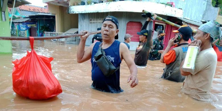 Warga Perum Bumi Mutiara Indah 1, Desa Dawuan Tengah, Kecamatan Cikampek, Karawang saat hendak mengungsi, Minggu (7/2/2021).