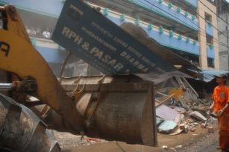 Lahan bekas rumah potong hewan (RPH) Dharma Jaya, diambil alih oleh pemiliknya,  untuk dijadikan lahan parkir, Jakarta, Minggu (11/8/2013).