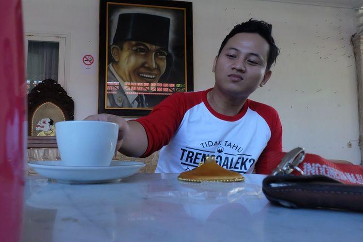 Bupati Trenggalek Mochammad Nur Arifin ketika santay di salah satu ruangan pendopo kabupaten Trenggalek Jawa Timur.