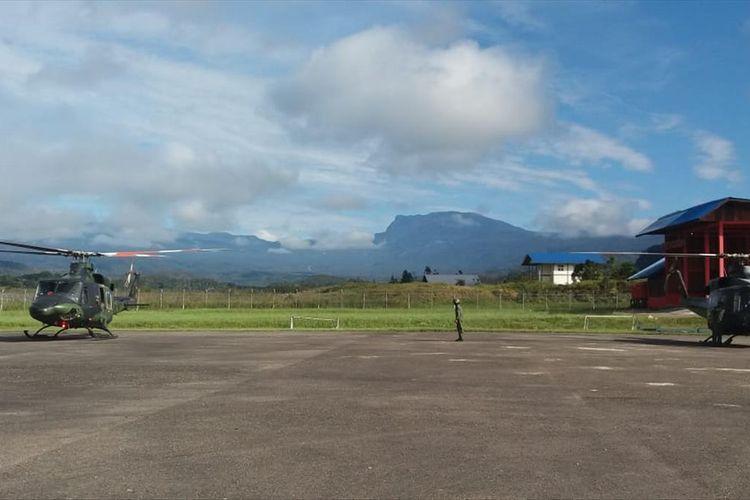 Dua unit Helly Bell sedang berada di Bandara Oksibil, kabupaten Pegunungan Bintang, Papua. kedua helikopter tersebut digunakan Tim SR udara untuk mencari Helikopter MI-17 milik TNI AD yang hilang kontak sejak 28 Juni 2019