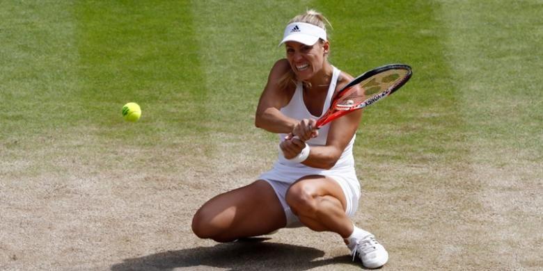 Petenis Jerman, Angelique Kerber, mengembalikan bola dari petenis Amerika Serikat, Venus Williams, pada babak semifinal Wimbledon di The All England Lawn Tennis Club, London, Kamis (7/7/2016).