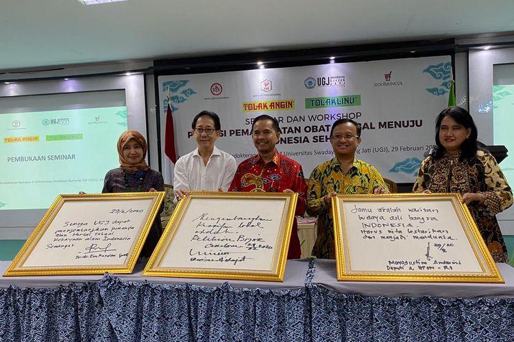Direktur Sido Muncul Irwan Hidayat (kemeja putih) pada acara seminar herbal bertema ?Potensi Memanfaatkan Obat Herbal Menuju Indonesia Sehat? yang digelar di Universitas Gunung Jati, Cirebon, Sabtu (29/2/2020)