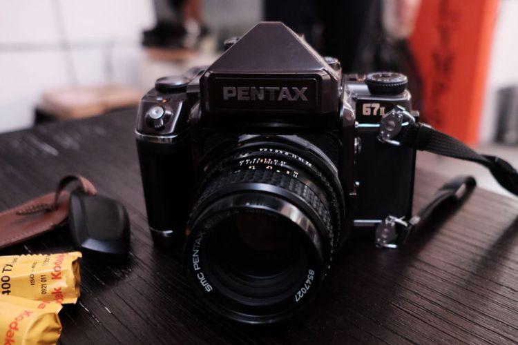 Kamera film tipe SLR medium format Pentax 67.