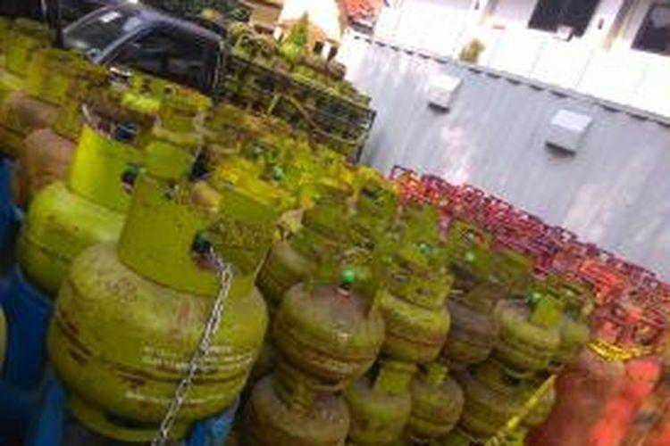 Polisi menyita ratusan gas LPG tabung 3 kg bersubsidi dipindahkan ke tabung LPG 12 kg. Barang bukti ini diambil dari tiga komplotan penyuntik gas di tiga lokasi, selama April-Mei 2015.