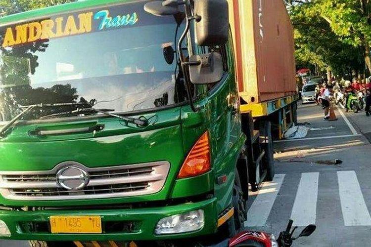 Truk trailer yang menabrak enam sepeda motor di Semarang, Jawa Tengah.