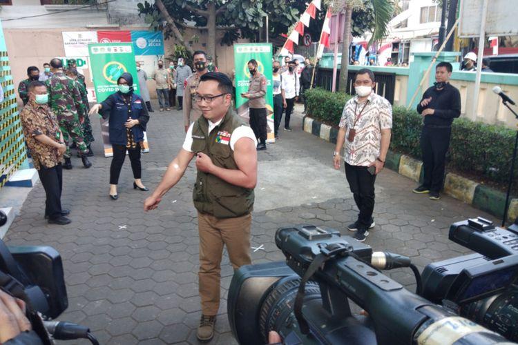 Gubernur Jawa Barat Ridwan Kamil saat memperlihatkan bekas pemeriksaan darah dan penyuntikan calon vaksin Covid-19 buatan Sinovac di Puskesmas Garuda, Kota Bandung, Jumat (28/8/2020).