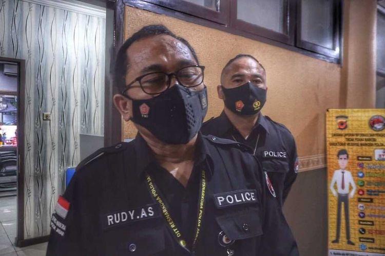 Direktur Ditresnarkoba Polda Jabar Kombes Pol Rudy Ahmad Sudrajat tengah menjelaskan penangkapan tiga pelaku peracik dan pembuat tembakau sintetis dengan bahan baku dari Tiongkok, di Mapolda Jabar, Kamis (23/9/2021).