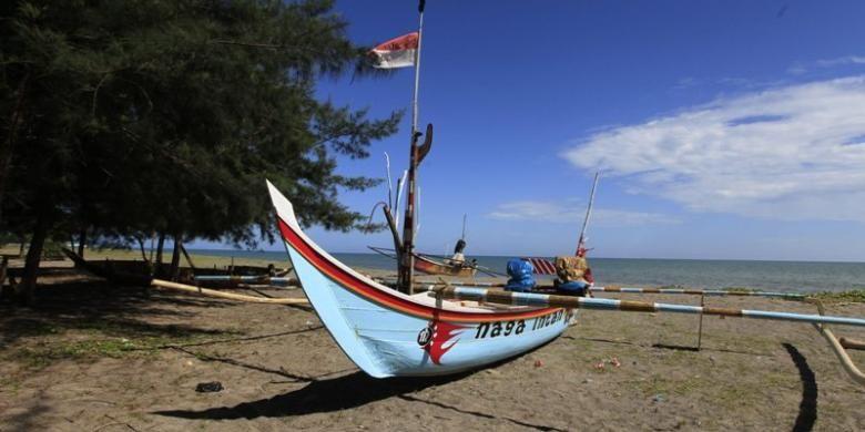 Perahu nelayan di Pantai Kata, Pariaman, Sumatera Barat, Selasa (7/6/2011). Pantai Kata merupakan salah satu daya tarik wisata pantai di kota Pariaman, Sumatera Barat.