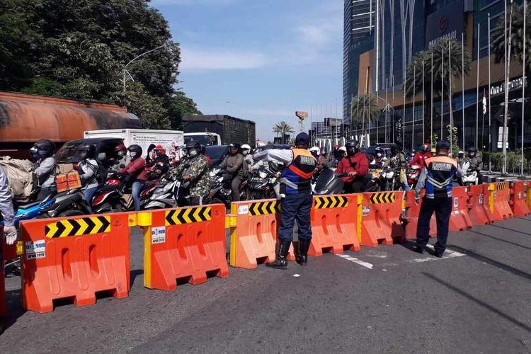 Akses masuk kota Surabaya di Bundaran Waru ditutup total, Rabu (7/7/2021).