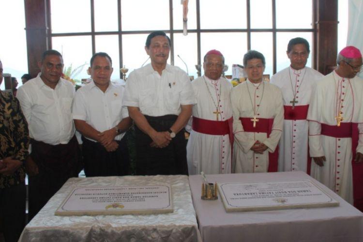 Menteri Koordinator Bidang Kemaritiman Luhut Binsar Panjaitan pose bersama Gubernur NTT Frans Lebu Raya dan para uskup di Larantuka, Flores Timur, NTT.