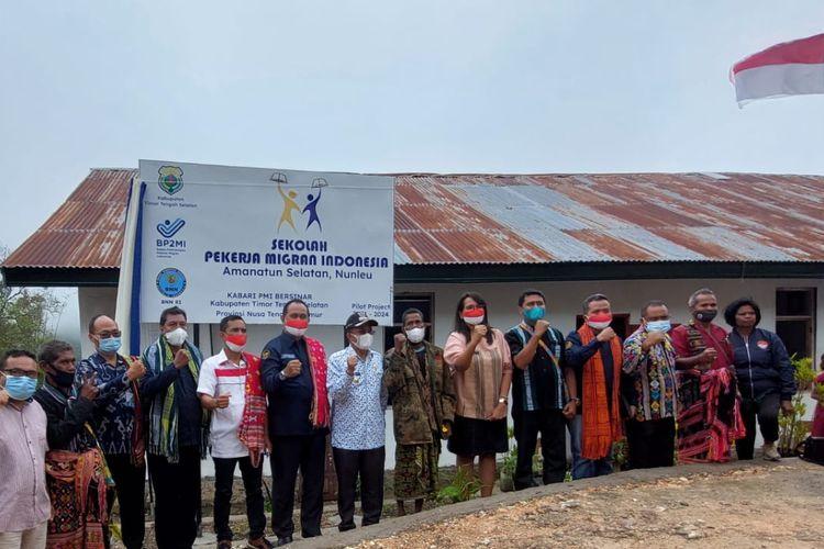 Foto bersama petugas dari BP2MI Kupang dan sejumlah pihak lainnya di sekolah Pekerja Migran Indonesia di Kabupaten Timor Tengah Selatan, NTT