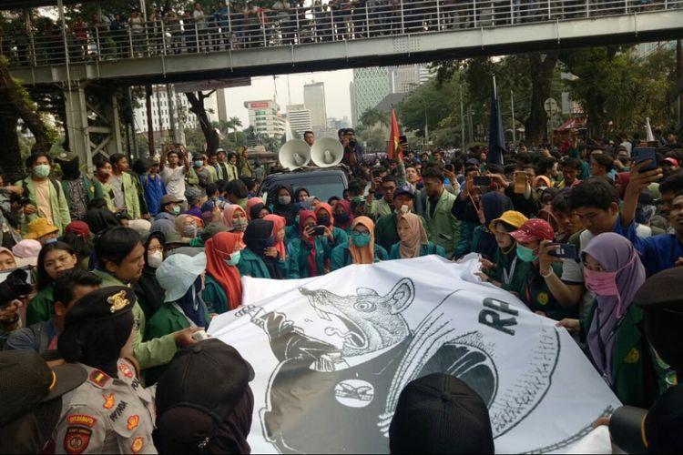 Puluhan mahasiswa yang menggelar unjuk rasa terkait Peraturan Pemerintah Pengganti UU (Perppu) KPK. Mereka mulai mendekati Istana Negara Jalan Medan Merdeka Utara, Jakarta Pusat, Kamis (17/10/2019