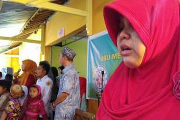 Suasana haru mewarnai kunjungan menteri Khofifah saat mengunjungi kaum disabilitas di Desa Kediri, Lombok Barat.
