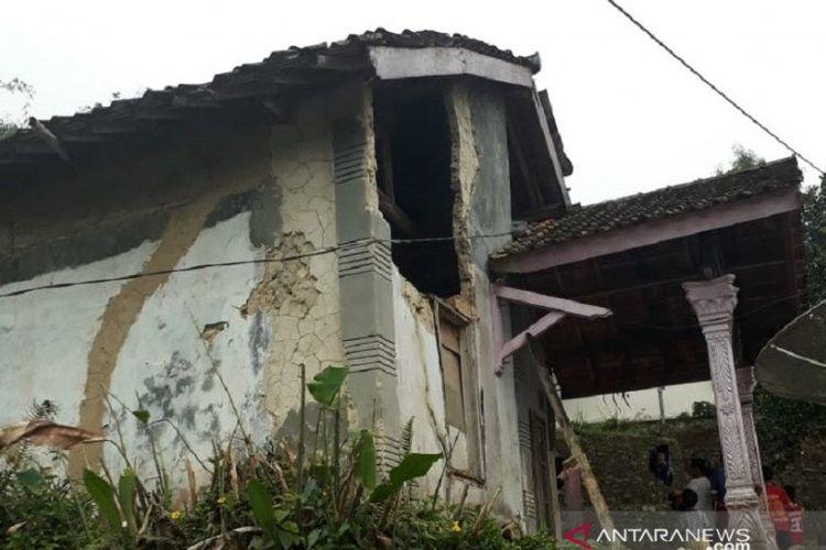 Rumah yang rusak di Kampung Sangkali, RT 01/06 Desa Sukatani, Kecamatan Parakansalak, Kabupaten Sukabumi, Jabar, akibat bencana gempa bumi bermagnitudo 5.0 yang berpusat di di 6.89 LS 106.62 BT, 13 km Timur Laut Kabupaten Sukabumi dengan kedalaman pusat gempa 10 km di bawah permukaan laut. (ANTARA/BPBD Kabupaten Sukabumi)